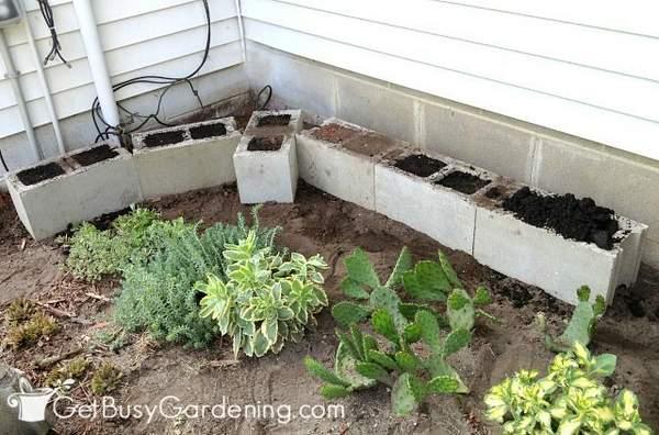 Leveling the cinder block planter bottom row